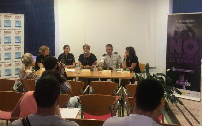 La concejal de Igualdad modera una mesa redonda sobre prevención del maltrato