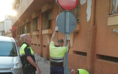 Operarios municipales proceden a la modificación de señales ante el cambio de dirección en las calles García Gutiérrez y Mariano de Cavia