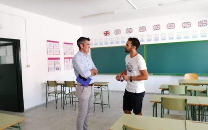 Educación destaca la colaboración de los conserjes en el mantenimiento y organización de los centros escolares