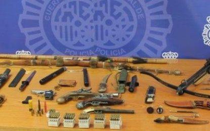 La Policía Nacional detiene en La Línea de la Concepción a un hombre por tenencia ilícita de armas