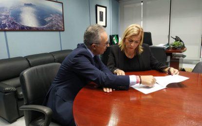 Juan Lozano entrega a Eva Pajares las medidas contra el brexit realizadas por los Ayuntamientos