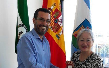 El alcalde entrega la insignia de la ciudad a la artista china Chu Lily