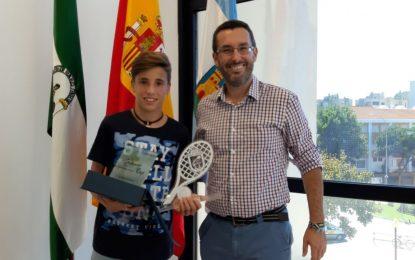 El alcalde felicita a Manuel Damián,  campeón infantil  del Máster Andalucía de Tenis