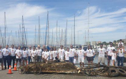 La concejal delegada de Medio Ambiente, Raquel Ñeco agradece la implicación de voluntarios en la V limpieza de fondos Alcaidesa Marina