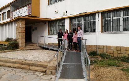 Educación finaliza la instalación de una rampa de acceso al colegio CarlosV para eliminar barreras arquitectónicas y favorecer la movilidad