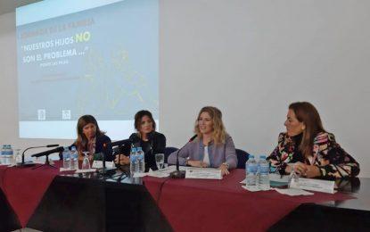 Ana Mestre reitera la apuesta de la Junta por las familias en la jornada organizada por ASFANUCA en el Hospital Universitario de Puerto Real