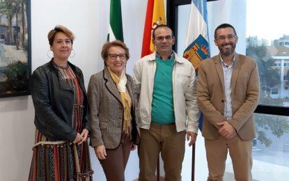 El alcalde agradece a David Núñez, usuario de Asansull, sus prácticas en la Biblioteca