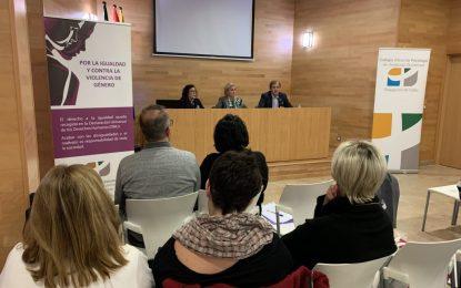 Eva Pajares inicia la charla del Instituto Andaluz de la Mujer sobre violaciones grupales