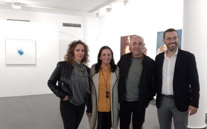 Inaugurada en la  Galería Manolo Alés la exposición de Javier Velasco, 'Raíces', con obras donadas al municipio