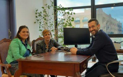 Juan Franco y Zuleica Molina reciben a Begoña Arana tras recoger el Premio Princesa de Gerona