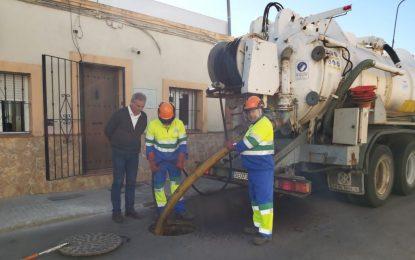 Infraestructura y Obras acomete una nueva limpieza de imbornales en la calle Gibraltar