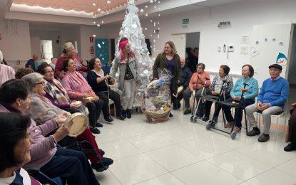 Asansull Palmeral y el colegio Santiago, primer premio del concurso de árboles de Navidad realizados con material reciclado