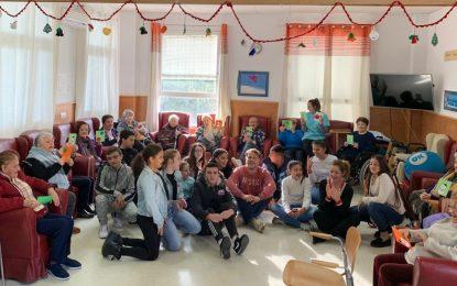 Menores del  Aula de Refuerzo Escolar y  usuarios del Centro de Participación Activa del Junquillo celebran un encuentro intergeneracional