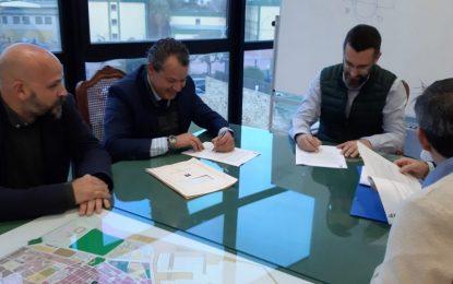 Firmado con Urbaser un contrato para el mantenimiento y poda de zonas verdes del municipio