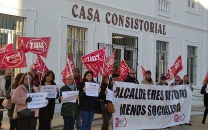 Concentración de la UGT en la puerta del Ayuntamiento de San Roque por un trabajador