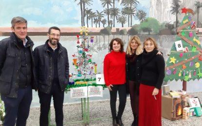 El alcalde visita la exposición de árboles de Navidad del instituto Virgen de la Esperanza