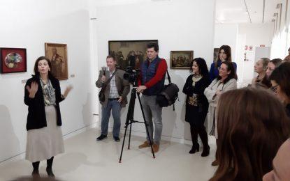 """Una treintena de personas participa en la visita guiada a la obra de Cruz Herrera """"con mirada de mujer"""""""