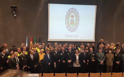 Veintidós agentes de la Policía Local han recibido esta tarde la Medalla a la Constancia por sus más de veinticinco años en el cuerpo
