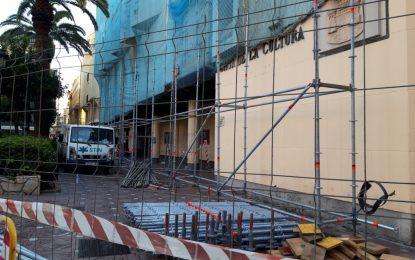 Esta mañana se han iniciado las obras de sustitución de la fachada de la Casa de la Cultura