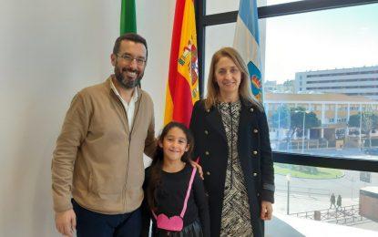 El alcalde felicita a la alumna del colegio Picasso premiada en el  Certamen andaluz 'Solidaridad en letras'