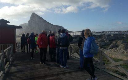 Un colectivo de ciudadanos rusos visita los bunkeres de la ciudad acompañado por personal de Turismo