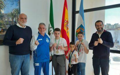 El alcalde felicita a los jóvenes boxeadores del Club Sung Lara por las medallas conseguidas en el Campeonato de Andalucía