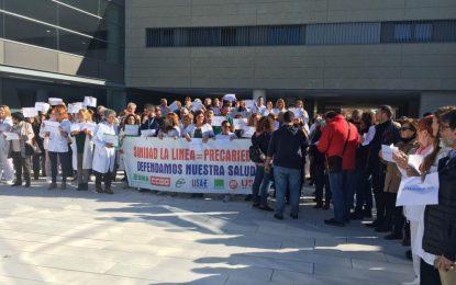 Miembros del equipo de gobierno del Ayuntamiento de la Línea asisten a la concentración por la segregación del Hospital Comarcal