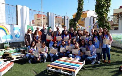Entrega de diplomas a las alumnas de Educación Infantil del Antonio Machado por el jardín de infancia  diseñado en el centro