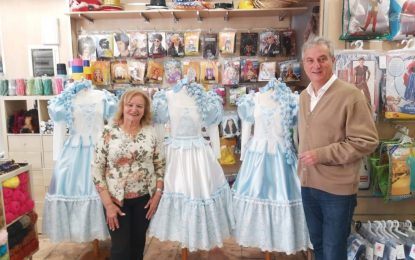 El concejal de Fiestas visita Confecciones Paquita para conocer los trajes de la  Diosa y Ninfas del Carnaval