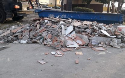 Limpieza inicia una campaña para recoger vertidos incontrolados junto a los contenedores de basuras y corregir conductas incivicas