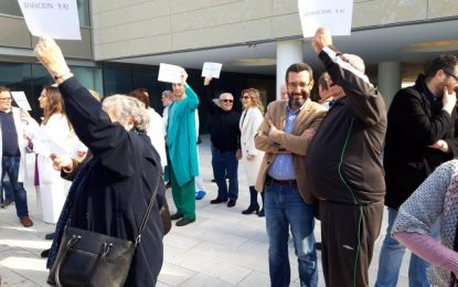 El alcalde y miembros del equipo de gobierno asisten a la concentración por la segregación del hospital comarcal