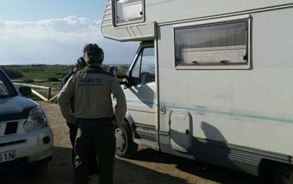 Ordenan el desalojo de 33 autocaravanas estacionadas en el Parque Natural del Estrecho