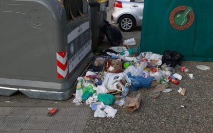 La Policía Local extremará la vigilancia para evitar el depósito de residuos fuera de los contenedores y cumplimiento de horarios