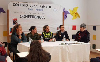 Mujeres integrantes de la Policía Local y varios cuerpos de seguridad participan en un acto en el colegio Juan Pablo II
