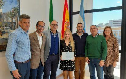 Carmen Manzano, becada por la Fundación Amancio Ortega,  ha sido recibida por el alcalde de La Línea
