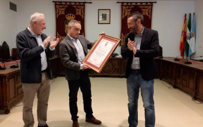 El secretario general del Ayuntamiento recibe un reconocimiento municipal  por sus cuatro años en dicho puesto