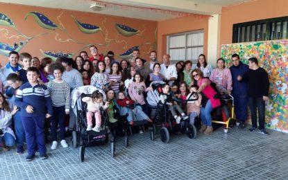 El alcalde visita el taller de artes plásticas que Javier Velasco imparte en el colegio Virgen del Amparo