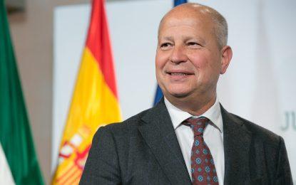 Imbroda destaca la determinación del Gobierno andaluz por proteger 30.000 empleos de las empresas del sector educativo