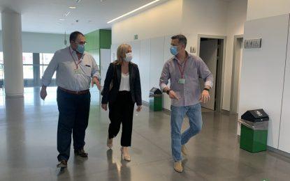 La subdelegada, Eva Pajares, visita junto con el gerente del AGS el hospital de La Línea, que ha retomado su actividad programada