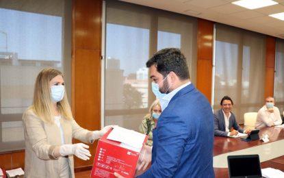 La Delegación sigue protegiendo a los trabajadores de los servicios esenciales de la Junta con un nuevo reparto de material