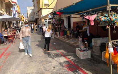 Hoy se ha iniciado el montaje de los puestos ambulantes alrededor del Mercado con una ocupación al 50%
