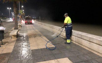 Continúan los trabajos de baldeo y limpieza con agua a presión en el paseo marítimo de levante