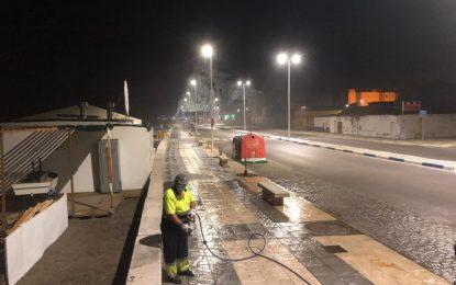 Tercera jornada de baldeo y limpieza nocturna con agua a presión en el Paseo Marítimo de Levante