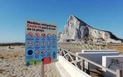 El Ayuntamiento instala en las playas cartelería informativa sobre las medidas de prevención de Covid-19