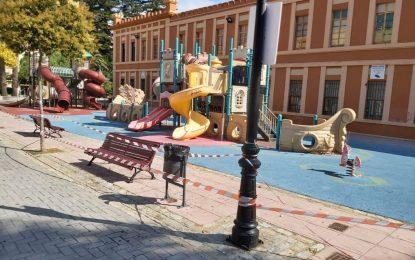 El Ayuntamiento recuerda el precintado de los parques infantiles y el riesgo que su uso  supone para los menores