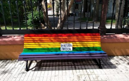 Mantenimiento Urbano repinta los bancos en la avenida de España con la bandera arcoíris LGTBIQ+