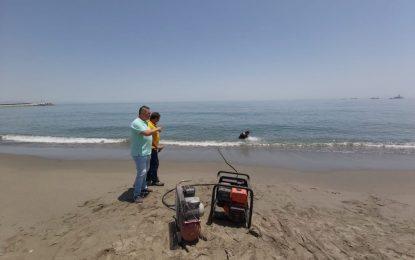 La delegación de Playas utiliza un equipo subacuático para cortar unos restos metálicos de la playa del Tonelero