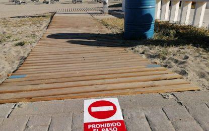Operarios municipales colocan las señalizaciones de acceso y salida a las playas  contempladas en el Plan de Contingencia del Covid-19