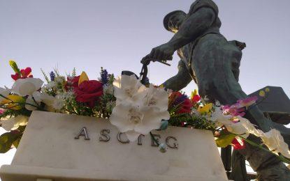Ascteg realiza su tradicional ofrenda floral a la estatua del trabajor en Gibraltar