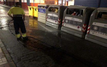 Limpieza realiza trabajos de baldeo nocturno en los puntos de contenedores de la calle Isabel La Católica y el paseo marítimo de levante